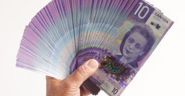 Le nouveau billet canadien de 10 $ orienté à la verticale est en circulation